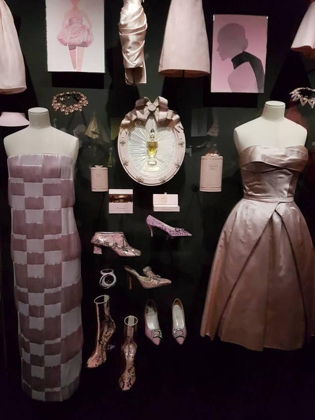 Robes roses et accessoires