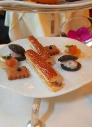Feuilleté foie gras, blini au saumon, sablé au fromage, bun au charbon noir et écrevisses.jpg