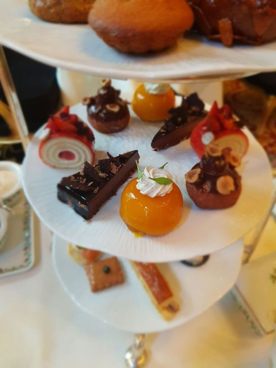 Religieuse noisette, baba à l'abricot, roulé aux fraises, tartelette au chocolat et lyokan