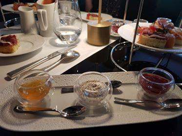 Marmelade d'oranges crème crue et confiture de fraises